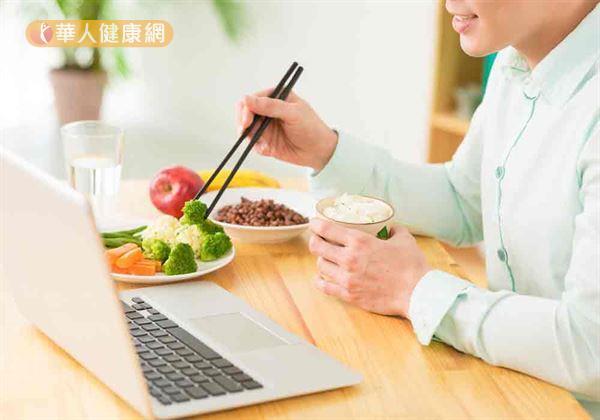 每天飲用體重乘以35~40c.c.的白開水,不喝含糖飲料。自然能幫助稀釋血液中過多的鈉離子,減輕腎臟代謝負擔。