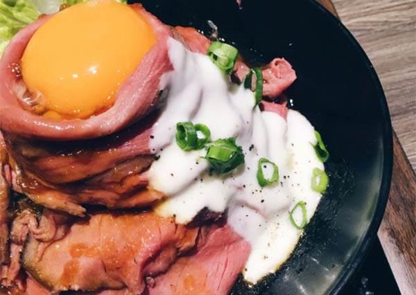 你沒看錯!吃壽司還能轉扭蛋!特搜全台日本料理TOP10,這間的飽滿牛肉+Q彈溫泉蛋根本超犯規啊~