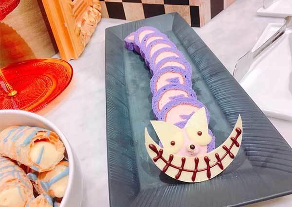 到底要先拍照還是先吃?!超犯規「愛麗絲夢遊仙境」下午茶,30種以上夢幻甜點讓女孩全尖叫啦