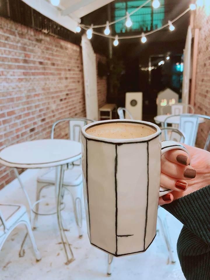 是來到了2D的世界了!?首爾弘大的黑白漫畫風咖啡廳,那椅子確定可以坐嗎?