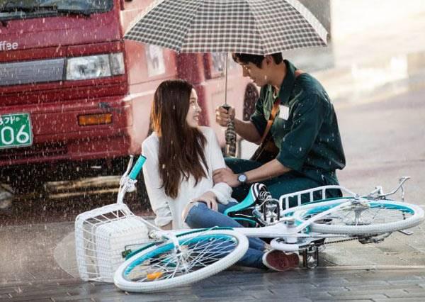 整個傘下就是我們的戀情加溫區~盤點雨中撐傘的情侶們!