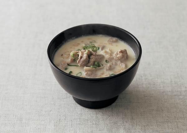 擦滿一罐保濕霜不如來喝這碗湯!豆漿mix豬肉片能幫身體加乘補水!再加點味噌,還能抗氧化還你漂亮臉蛋唷