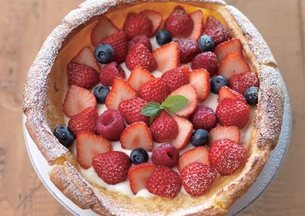 一支平底鍋就搞定!超豪華「莓果森林鬆餅」竟然也能在家DIY,搞定餅皮就成功一半了!