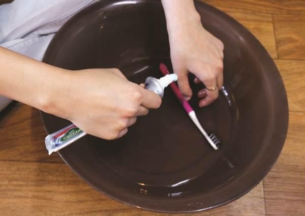 牙膏也能變小強剋星!5個小秘訣把牙膏利用到極致!運動鞋、拖鞋瞬間變得白帥帥,只拿來刷金屬製品未免太浪費啦