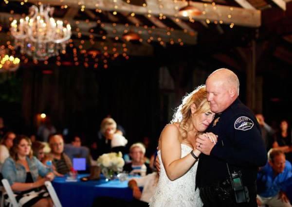 這個警察在執勤時過世,他的同事們決定在他女兒結婚這天做了最感人的舉動!