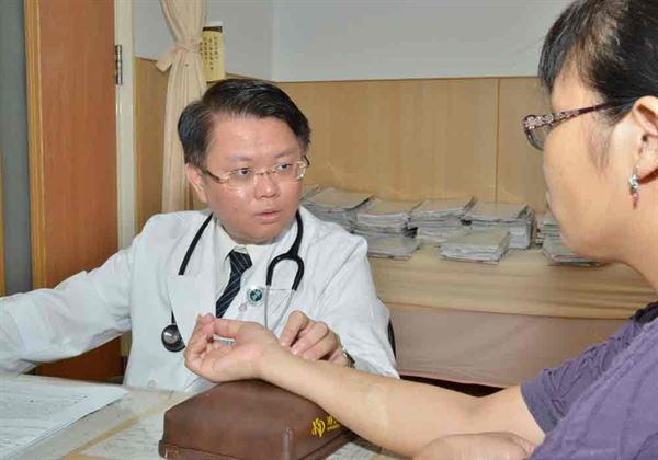 吳炫璋中醫師(左)指出,中醫治療經前症候群,主要著重疏肝與調肝為主。(圖片提供/台北慈濟醫院)