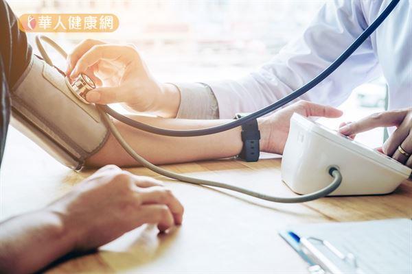 血管有「熱脹冷縮」的特性,當氣溫降低時,一方面會刺激四肢血管收縮,造成血壓升高。