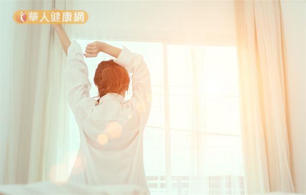 冬天起床時落實「111原則」,讓身體產生準備面臨低溫的準備,有助減少低溫對血壓的衝擊。
