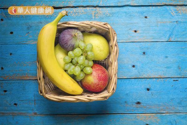 冬天適度攝取香蕉、葡萄和蘋果等高鉀水果,有助維持血壓穩定。