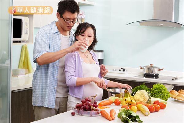 避開自己會覺得噁心的食物和味道,以及少吃油炸、油膩、辛辣、刺激的食物,可以預防孕吐。