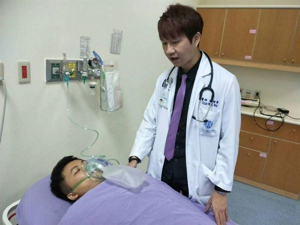 魏智偉醫師表示,一氧化碳中毒患者送醫後,會依狀況使用純氧或高壓氧的治療方法。(圖片提供/童綜合醫院)