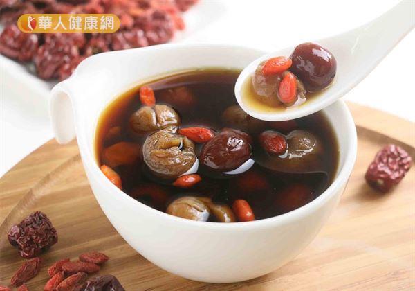 桂圓紅棗茶的材料有,去核桂圓肉50公克,去核紅棗8~10粒。
