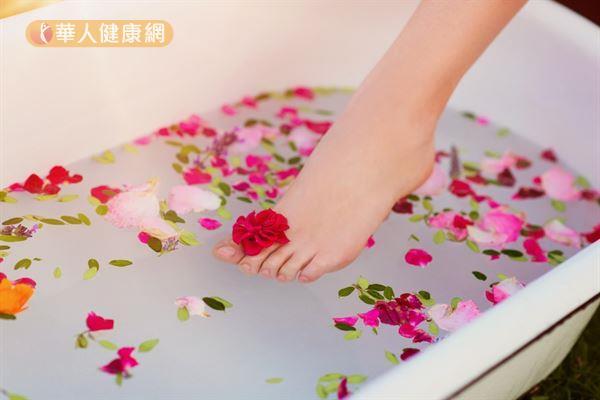 用溫熱的水泡澡或泡腳可以促進血液循環、祛風散寒,另外添加些玫瑰花和中藥材,還能幫助抒壓。