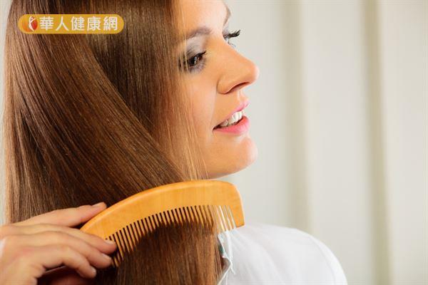 選購梳子時,最好是木頭或牛角材質的,可減少因摩擦產生靜電的情況。