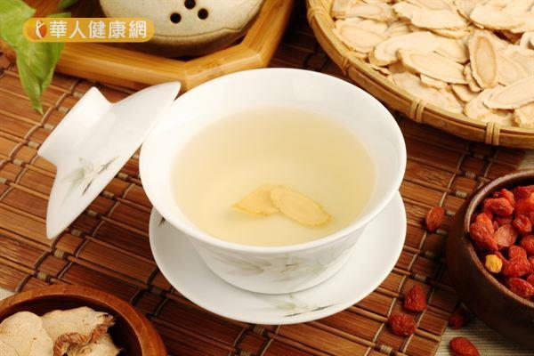 西洋參泡茶有非常好的補氣養陰生津功效,可用來潤澤頭髮。