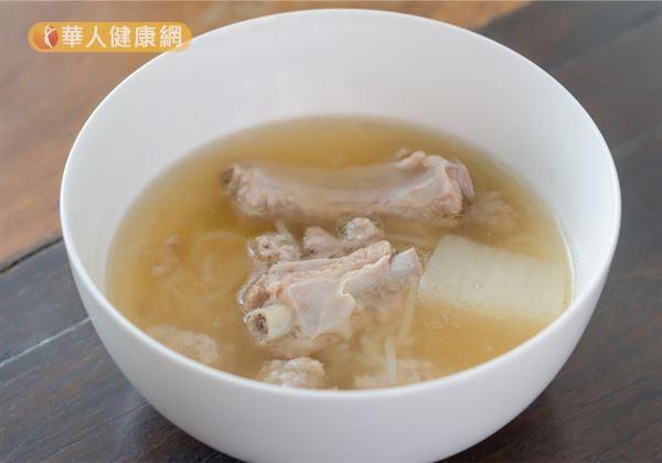 氣虛體質應多吃補氣食物,中醫師推荐蓮子百合芡實排骨湯。(此圖僅為示意)