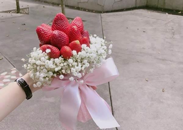 美到整束可以直接吃下肚!韓國歐巴耍浪漫必備的超夯「夢幻小草莓花束」,快tag男友告訴他妳也要一束!