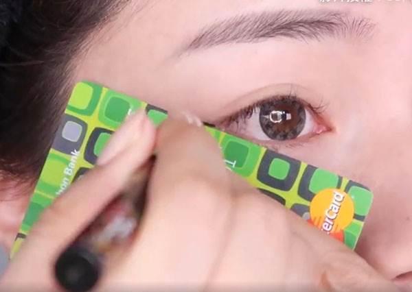 拿出湯匙、悠遊卡就能畫漂亮眼線!簡單10招打造出有神雙眼,眼線不會再像毛毛蟲般抖動了