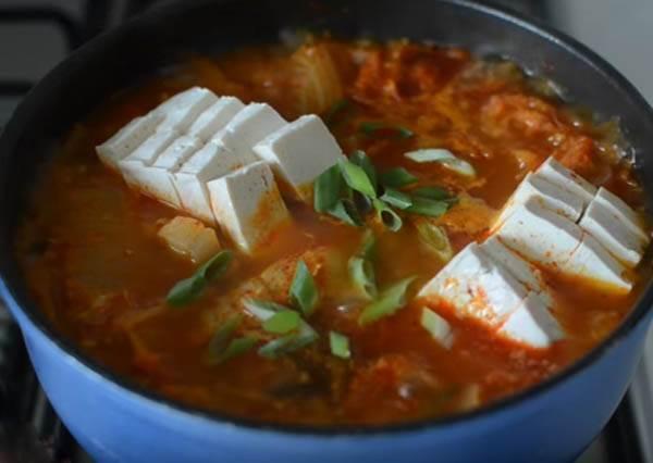 一般火鍋吃膩了嗎? 零技巧泡菜五花肉讓你胃口大開,熱量是什麼我不知道啦!