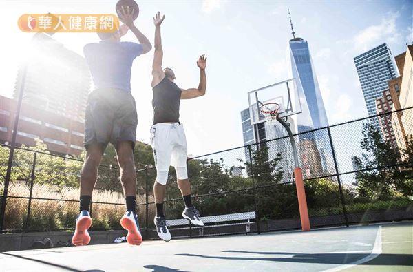 經常從事跳躍性運動的人,例如,排球、籃球等運動者,因股四頭肌進行離心收縮較頻繁,因此上述運動員罹患「髕骨韌帶病變」的發生率也高達50%之多。