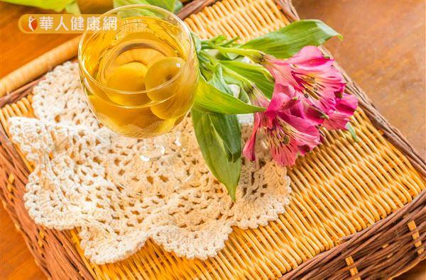 梅子薑茶材料有醃梅1~2顆、生薑少許、熱水300c.c.。