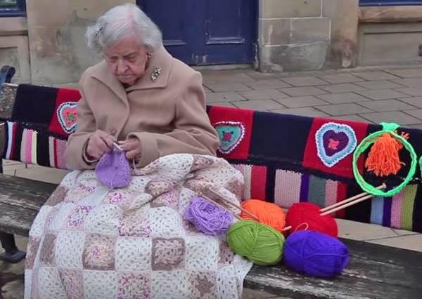 104歲的老奶奶被稱做年紀最大的街頭藝術家,她的創作方式不只美化街景,也會溫暖你的心!