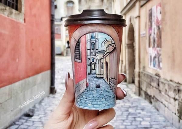 杯裡是住了小畫家嗎?他把城市美景Ctrl C+V在杯上,「唯美絕色風景手繪杯」快叫星巴克跟他聯名啊!