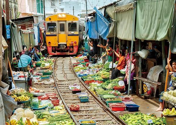 撿便宜前請小心!「世界最危險的市場」竟然開在火車鐵軌上,血拚時要注意別被擠到撞車頭啊