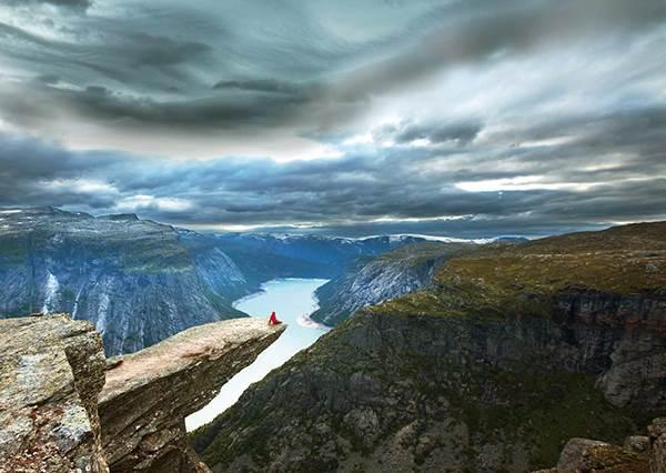 先把發抖的雙腳抓好啊!地表最危險的懸崖景點「惡魔之舌」,小心一被強風吹到你就要跟世界說再見啦!