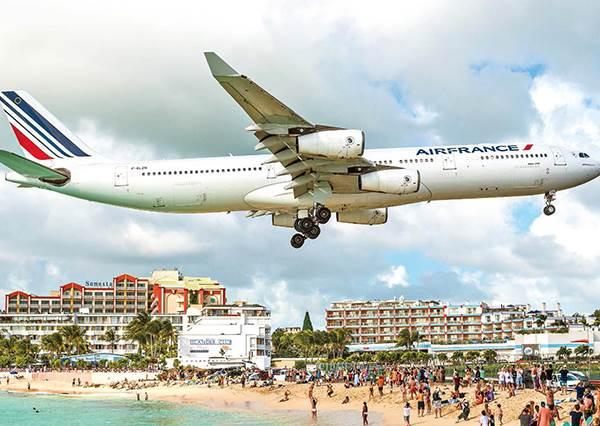 離頭頂只有20公尺?號稱「世上最危險海灘」常有飛機低空滑過,強風狂吹,不小心還會被噴飛到海裡!