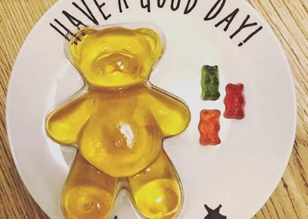 這小熊軟糖是被a夢放大燈照到吧!韓妞超瘋吃一顆飽整天的「巨熊軟糖」,想吃還得先掏出自備的刀叉啊!
