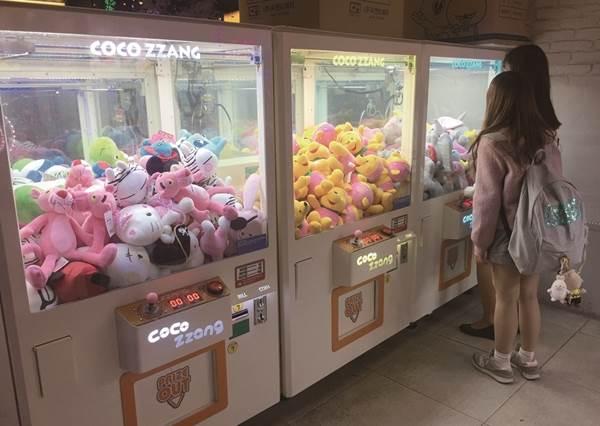 玩台灣娃娃機都殘念?那就去韓國當高手吧!機台難度低而且玩法超多種,夾到了還會被當英雄崇拜!