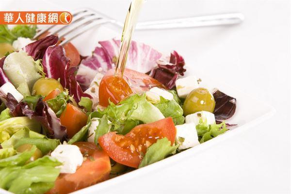 生菜沙拉所搭配的醬料常隱藏著驚人的油脂,容易讓人陷入高熱量的肥胖陷阱。