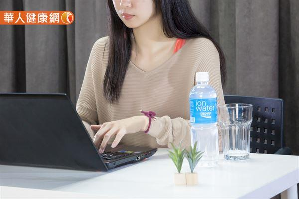 身體無時無刻不在流失水分,久待有空調的辦公室也要適時補充電解質的攝取量,別讓身體鬧水荒!