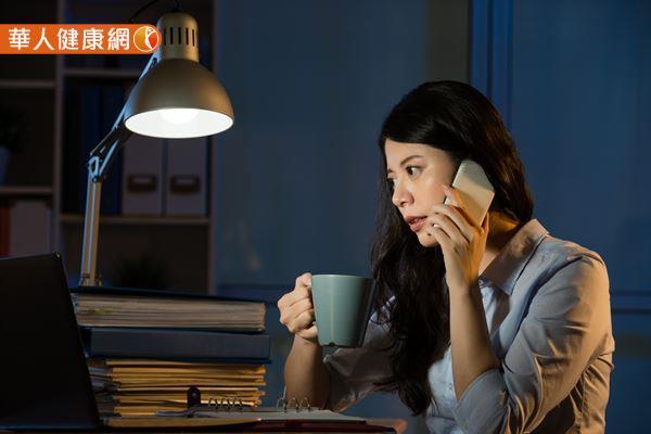 夜貓族應減輕熬夜對身體的傷害,應注意「少吃甜食」和「少喝濃茶或咖啡提神」。