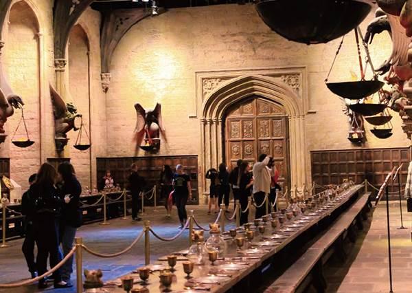 魔法迷看過來!帶你一探究竟哈利波特「實景片廠」,能體驗騎飛天掃帚,還現場教學如何下咒語!