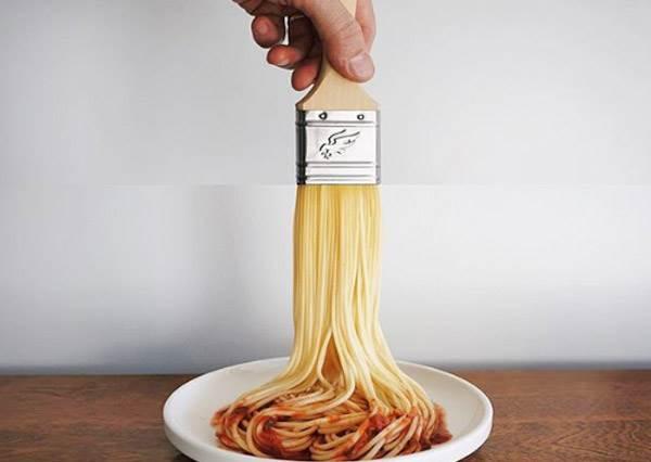 今晚就用這把刷子把牆壁刷成義大利肉醬口味吧?超有梗趣味拼圖照,甜甜圈堆土機的工作女孩們都搶著應徵啊!
