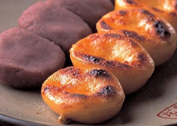 沾上醬油+燒烤焦香味的豆餡糰子,居然是辣的?好吃到ㄧ串接一串