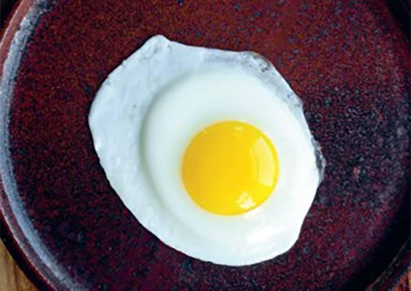 不翻面也能煎出太陽蛋?!重點不是油、而是蓋上鍋前記得要加㊙啊~