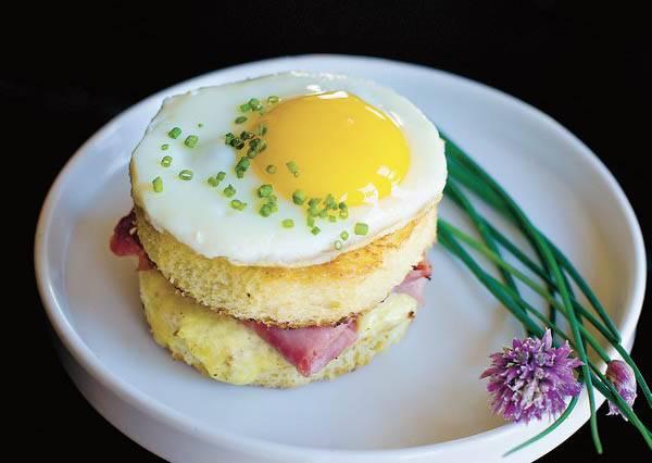 只要把奶油換成這樣東西,火腿起司煎蛋三明治的美味度立刻提升好幾趴!