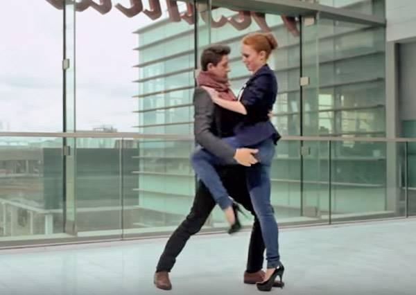 搭上時光列車,100秒的倫敦時尚&舞蹈演化史讓你目不轉睛