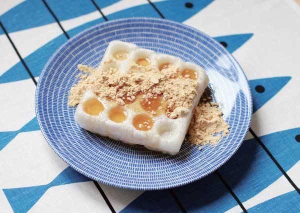 用烘烤機做出來的麻糬鬆餅,不管是沾糖漿還是黃豆粉,都超美味的啊!(日式口味)
