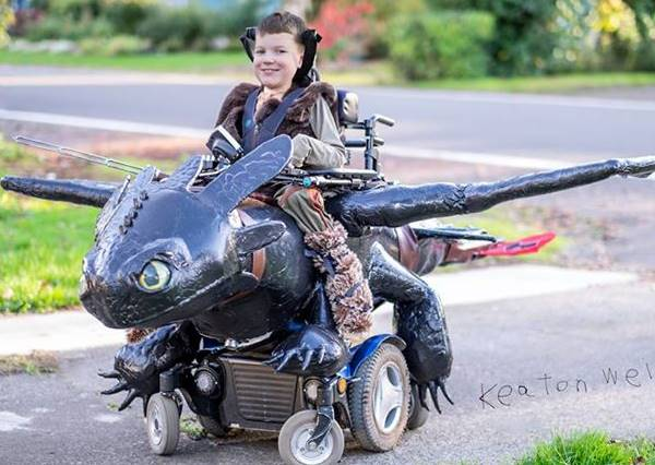這個小男孩能拿到變裝NO.1,不只是恐龍坐騎夠酷,更是因為背後的感人故事...