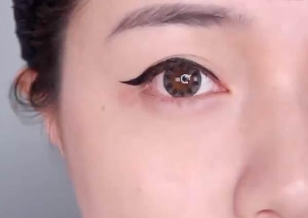 湯匙、牙線棒就能畫出完美眼線!簡易10招get電人雙眼,手殘人不怕不怕啦~