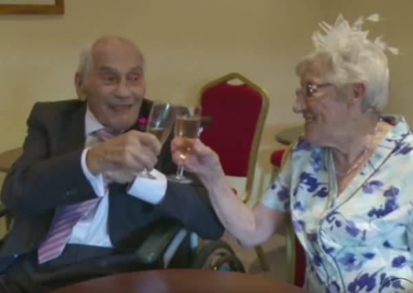 「我沒下跪求婚,因為我怕再也起不來了!」這對103歲和91歲的新人證明真愛永遠不晚