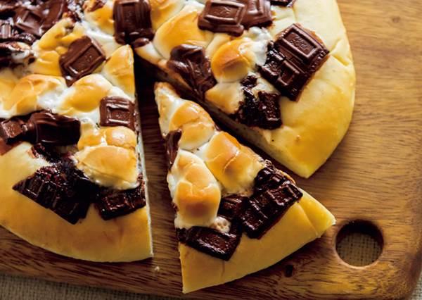 脆皮+糖心好吃到願意天天做!花30分鐘DIY「棉花糖巧克力披薩」,咬下去是滿滿牽絲的熱戀滋味