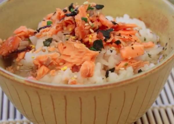 深夜食堂高手在民間!端出這碗鮭魚茶泡飯,日式料理店老闆都忍不住比大拇哥!