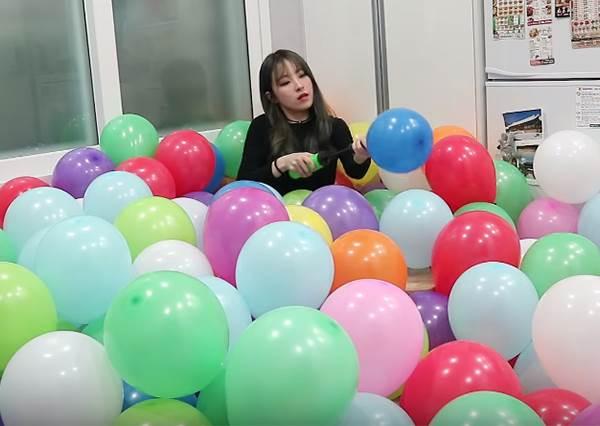 超另類生日驚喜!女生狂灌「150顆氣球」塞門口,男友傲嬌:晚上睡覺怎麼辦啦~