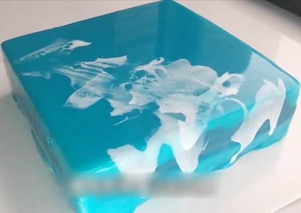 搞笑!不專業鏡面蛋糕DIY 夢幻花紋像不小心抹到白膠
