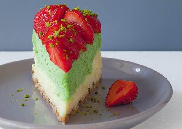 [甜點食譜] 顏色口味都很療癒!開心果混搭草莓的起司蛋糕,吃一口就幸福了!